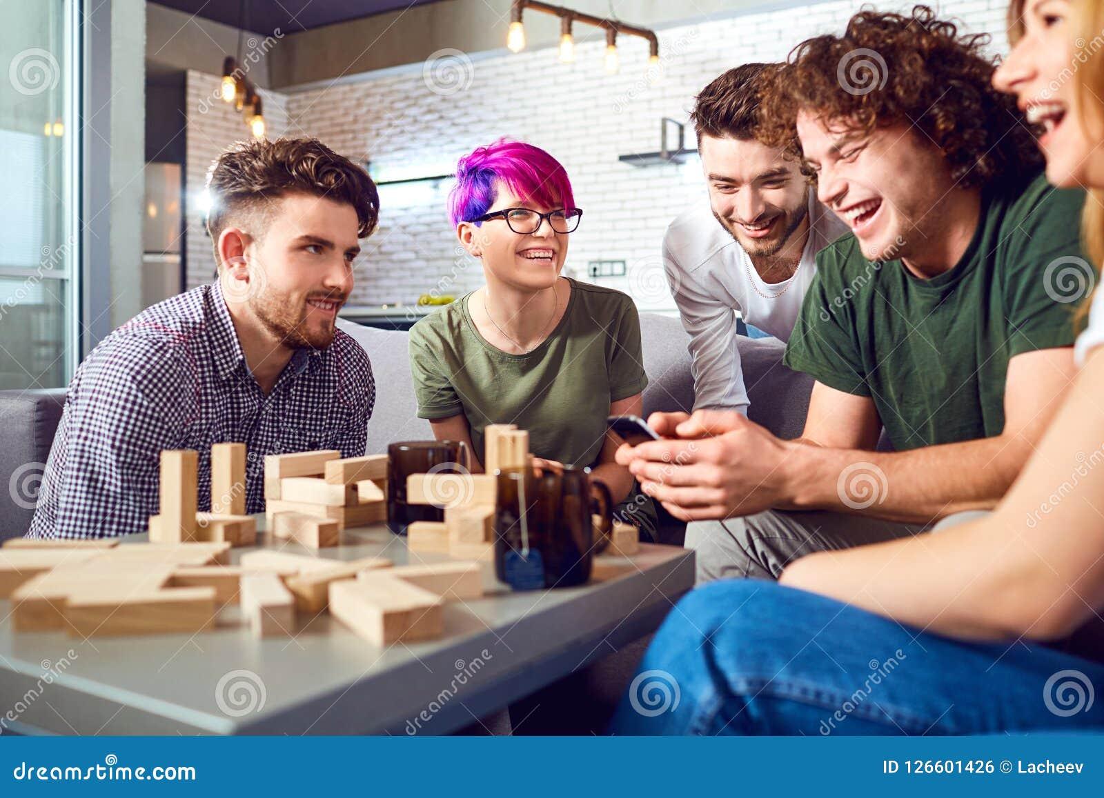 Un Grupo Alegre De Juegos De Mesa Del Juego De Los Amigos Foto De