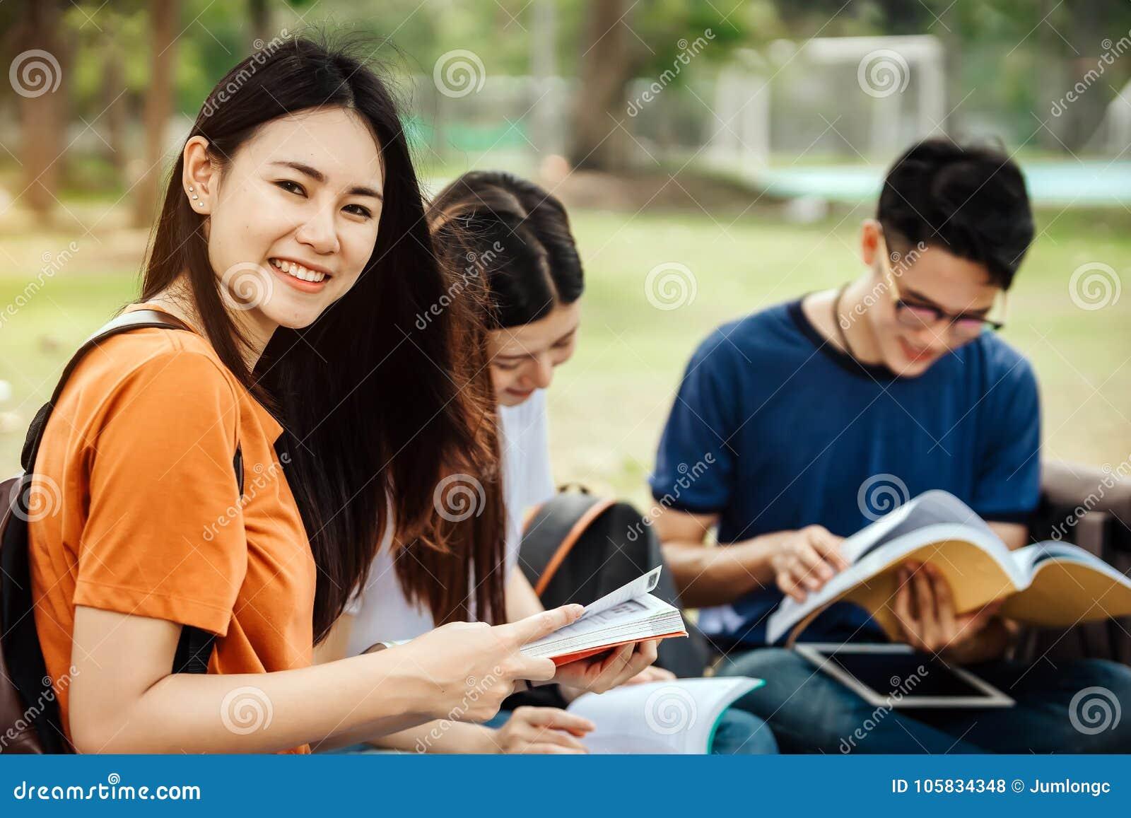 Un grupo de estudiante asiático joven o adolescente en universidad