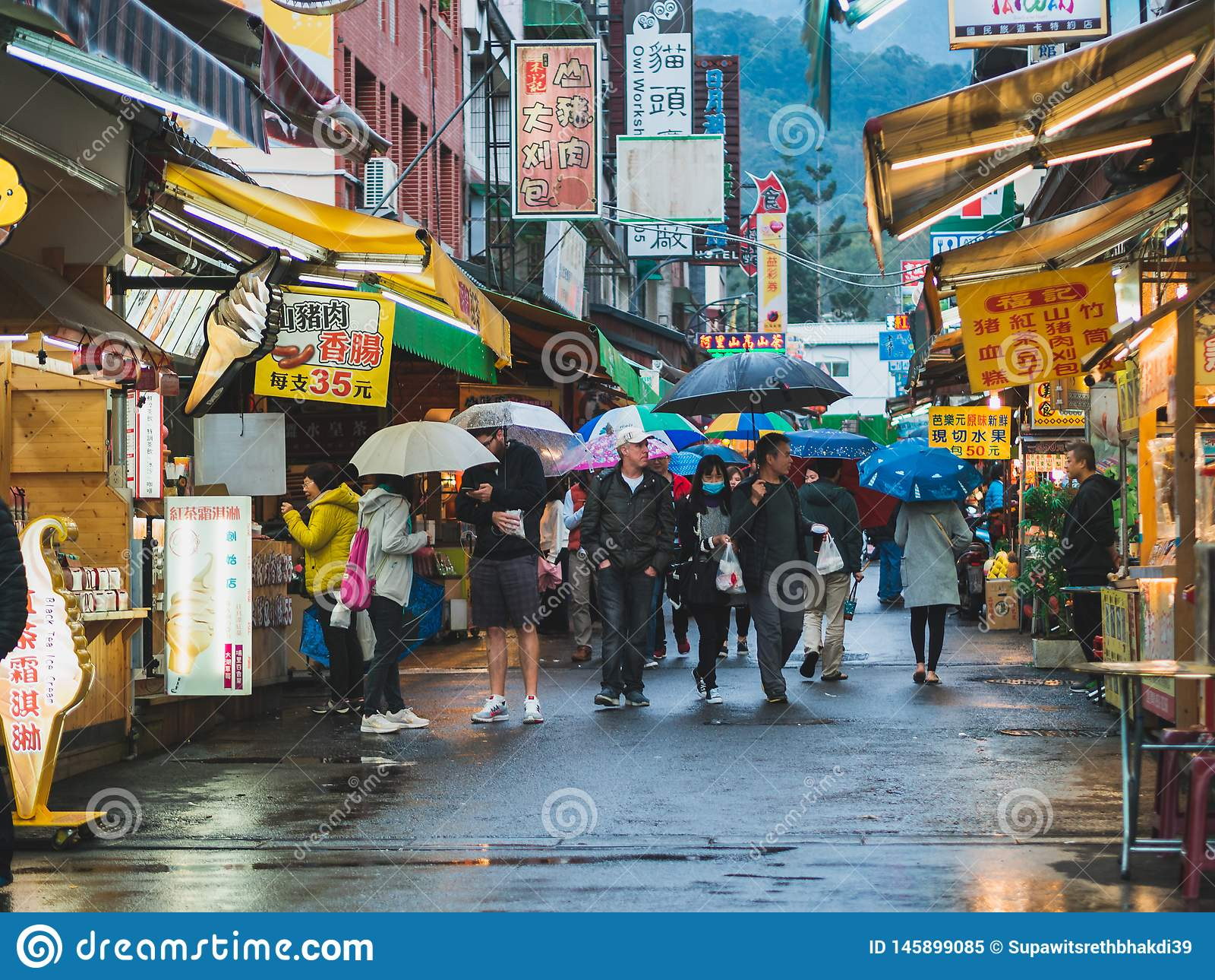 Un grupo de turista que camina en un mercado local en el pueblo de Ita Thao, lago moon de Sun, Taiw?n