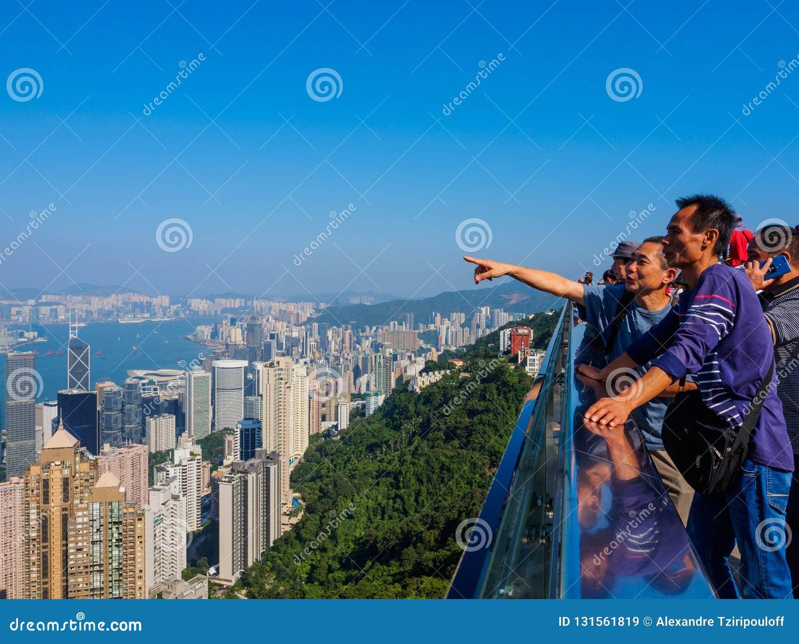 Un grupo de turistas del continente chino, disfrutando de la visión sobre Hong Kong del