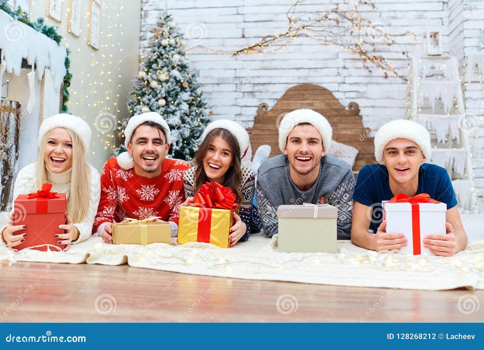 Regali Di Natale Ad Amici.Un Gruppo Di Amici Con I Regali Ad Una Festa Di Natale