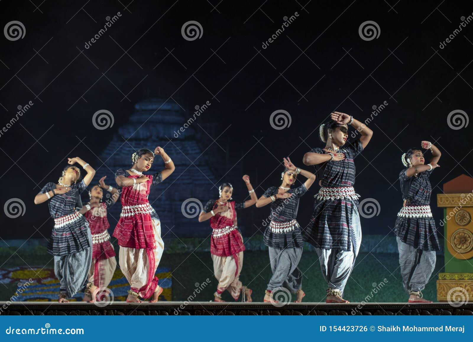 Un gruppo di ballerini classici di Odissi che eseguono ballo di Odissi in scena al tempio di Konark, Odisha, India