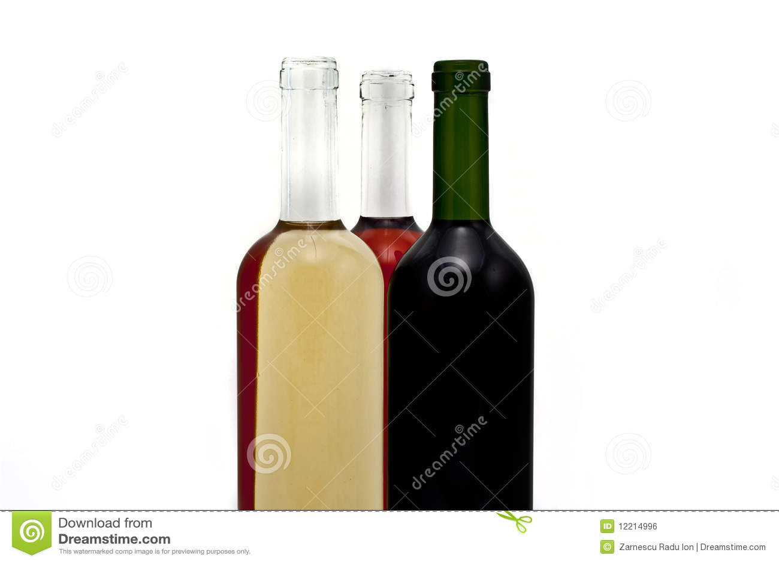 Un gruppo di tre bottiglie di vino.