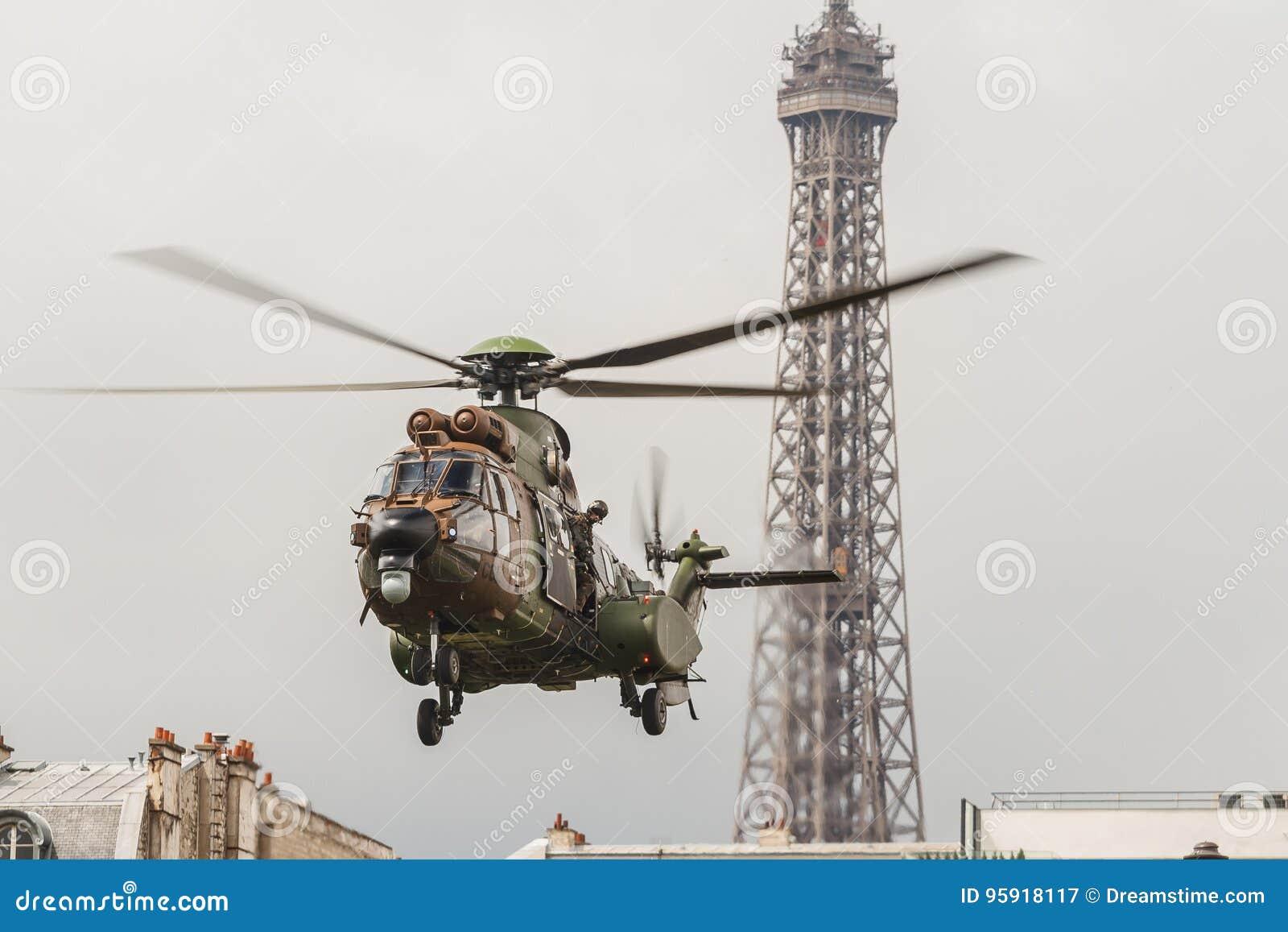 ... Devant Tour Eiffel Pour Le Jour De Bastille Dans Des Frances De Paris Le  Hélicoptère De Lu0027ONU Versent La Visite Devant Eiffel De La De Le 14  Juillet ...