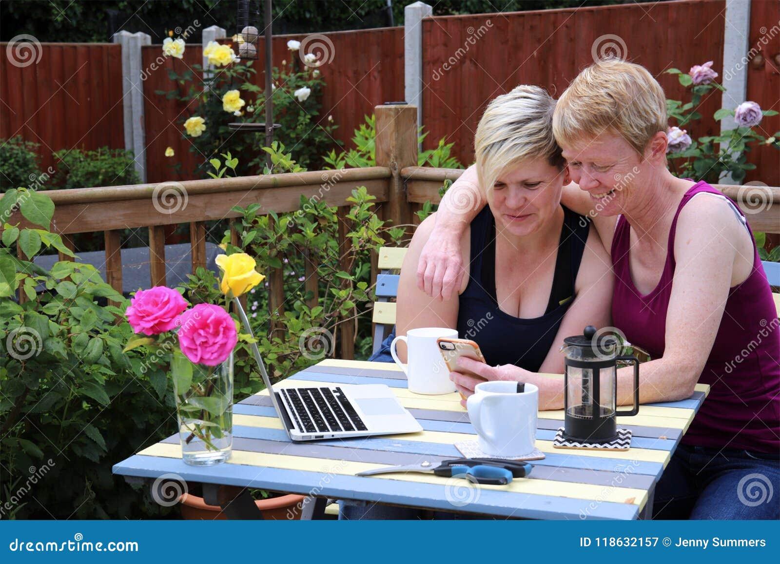 Un Heureux Les Mêmes Couples De Sexe à La Maison Dans Le Jardin