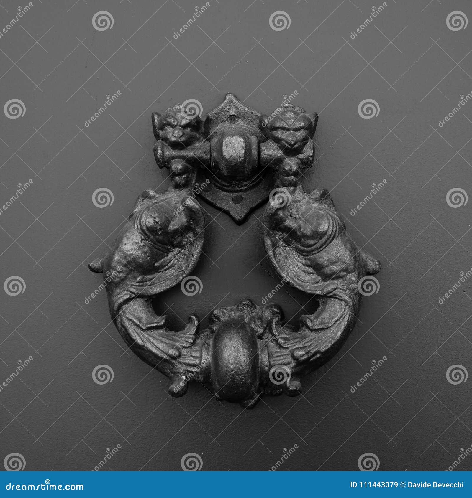 Un heurtoir en forme de dragon, Italie