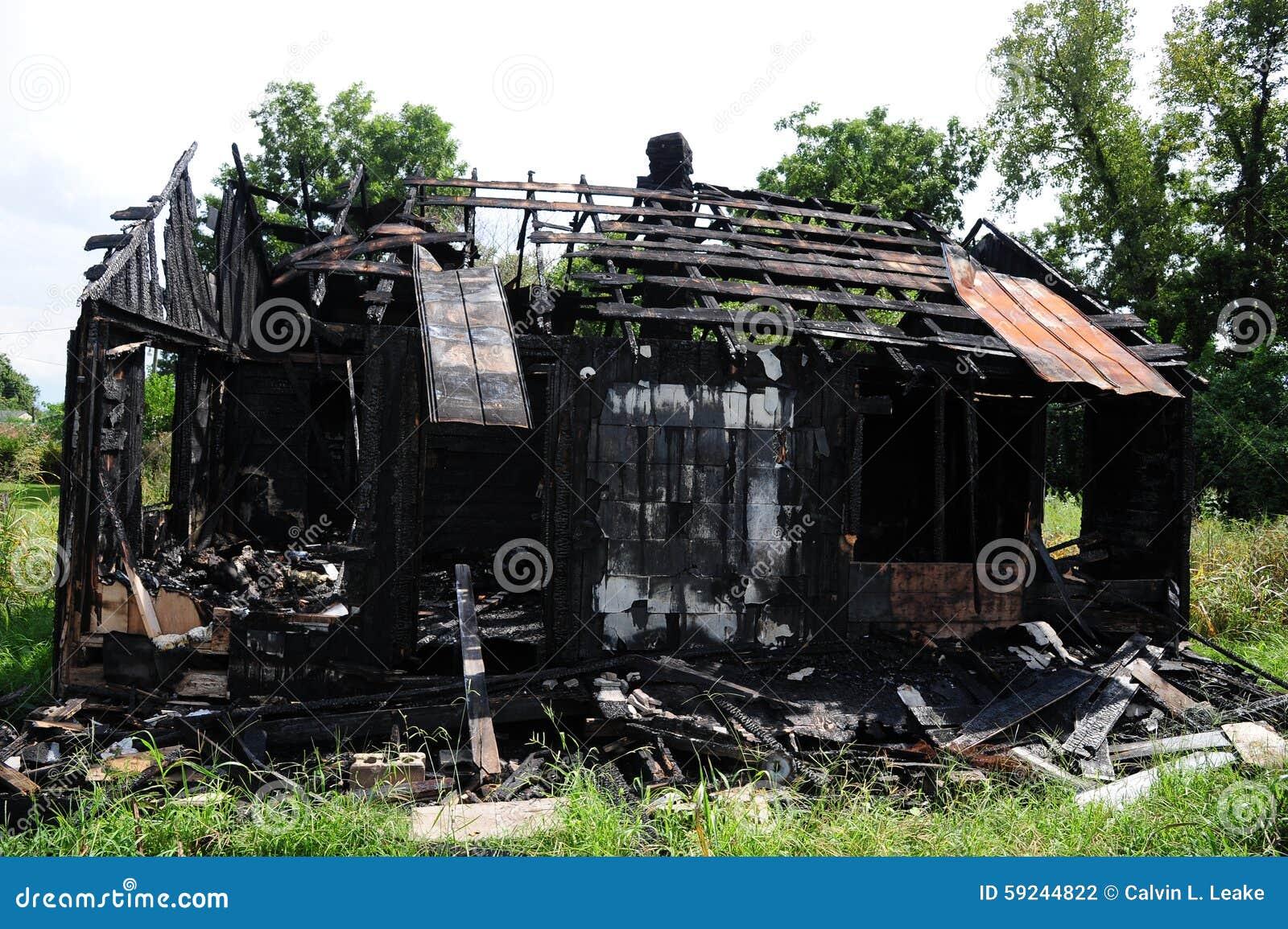 Un hogar rural que ha sido destruido por el fuego