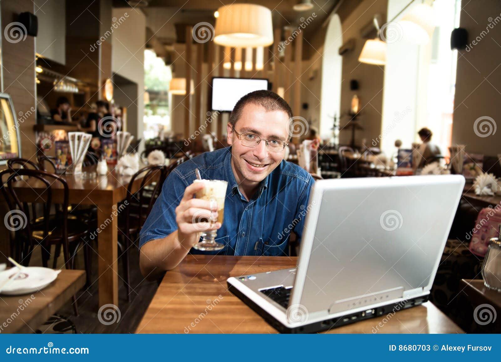 Un hombre con el cuaderno y el café