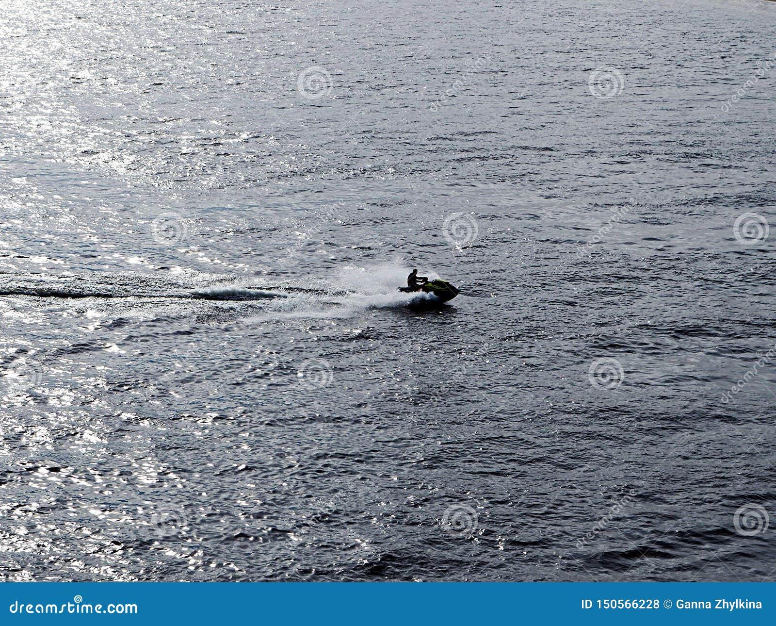 Un hombre corre un aquabike
