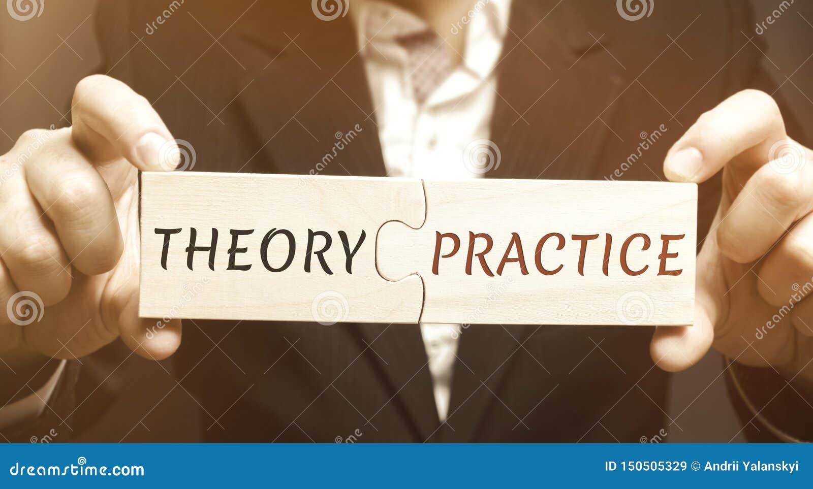 Un hombre de negocios recoge rompecabezas de madera con la teoría y la práctica de la palabra Obteniendo la información y el uso
