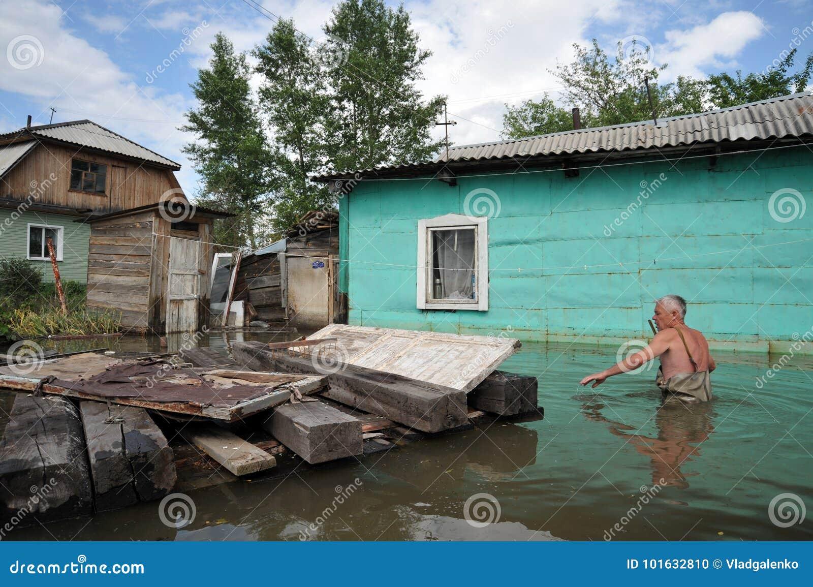 Un hombre desconocido en un diagrama inundado cerca de su casa