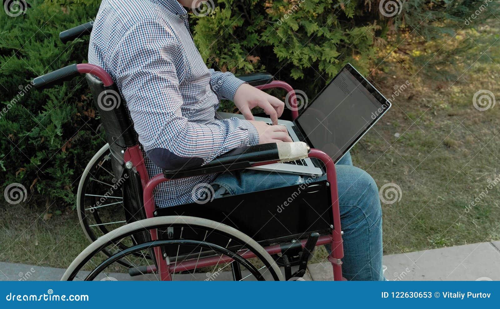 Hombre Utiliza Un En Una Ruedas Discapacitado De Silla La ZuTkXiOlwP