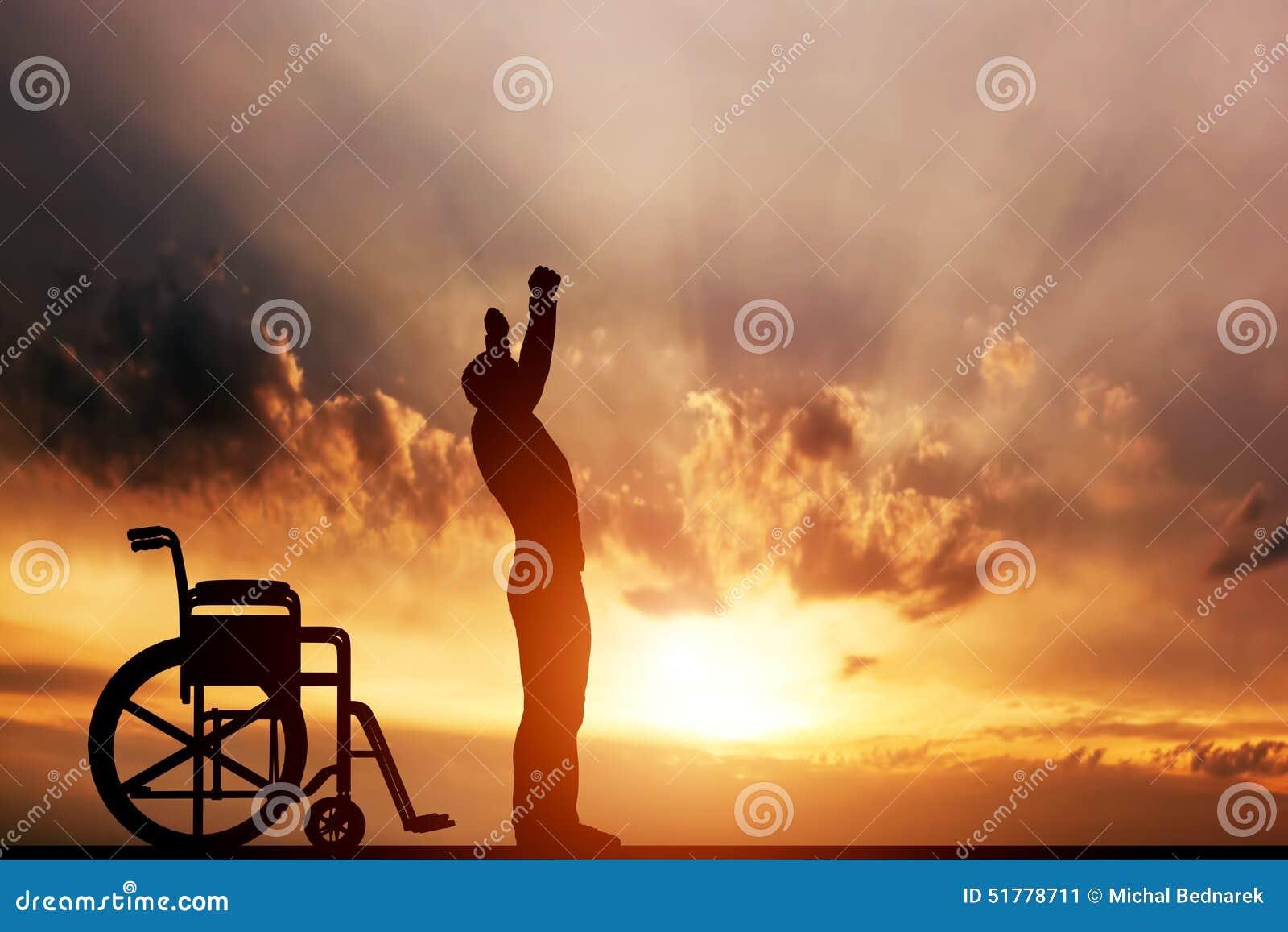 Un hombre discapacitado que se levanta de la silla de ruedas