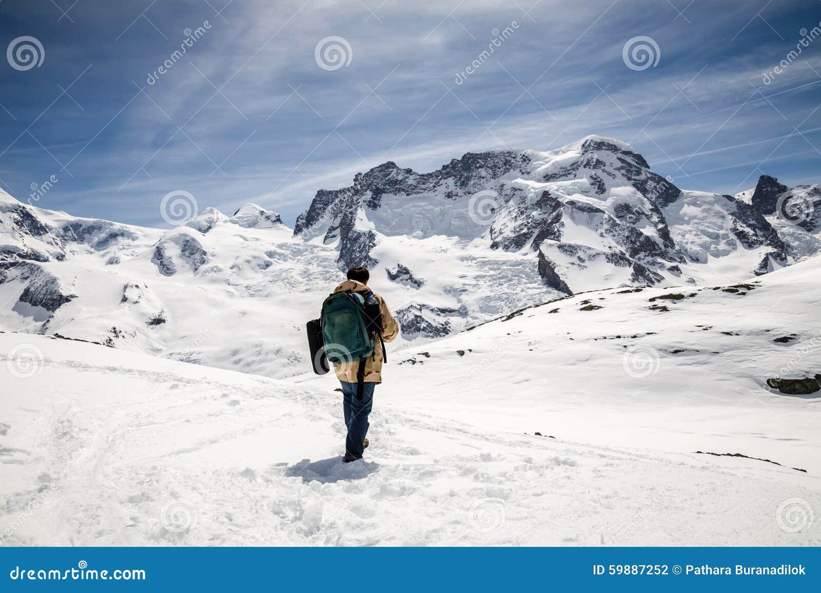 De Un Mochila El Hombre En Y Del Invierno Se La Abrigo Que Camuflaje wrpr8qI