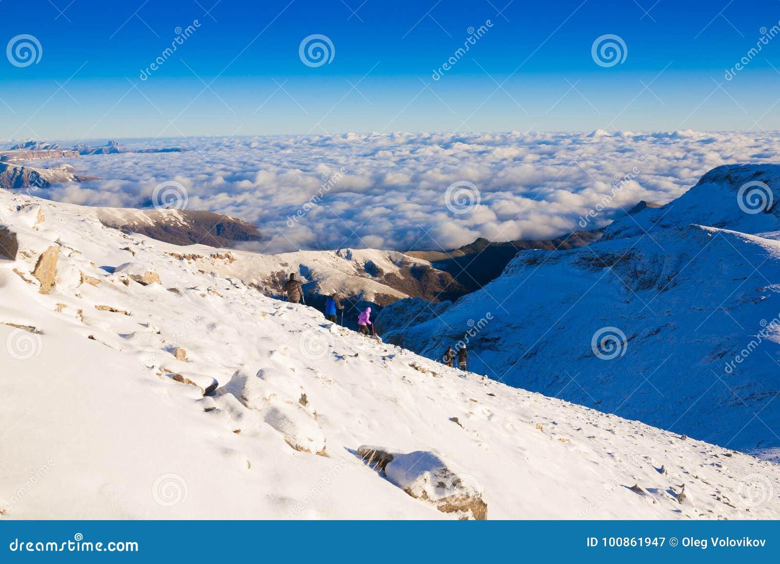 Un hombre en invierno del día de la montaña