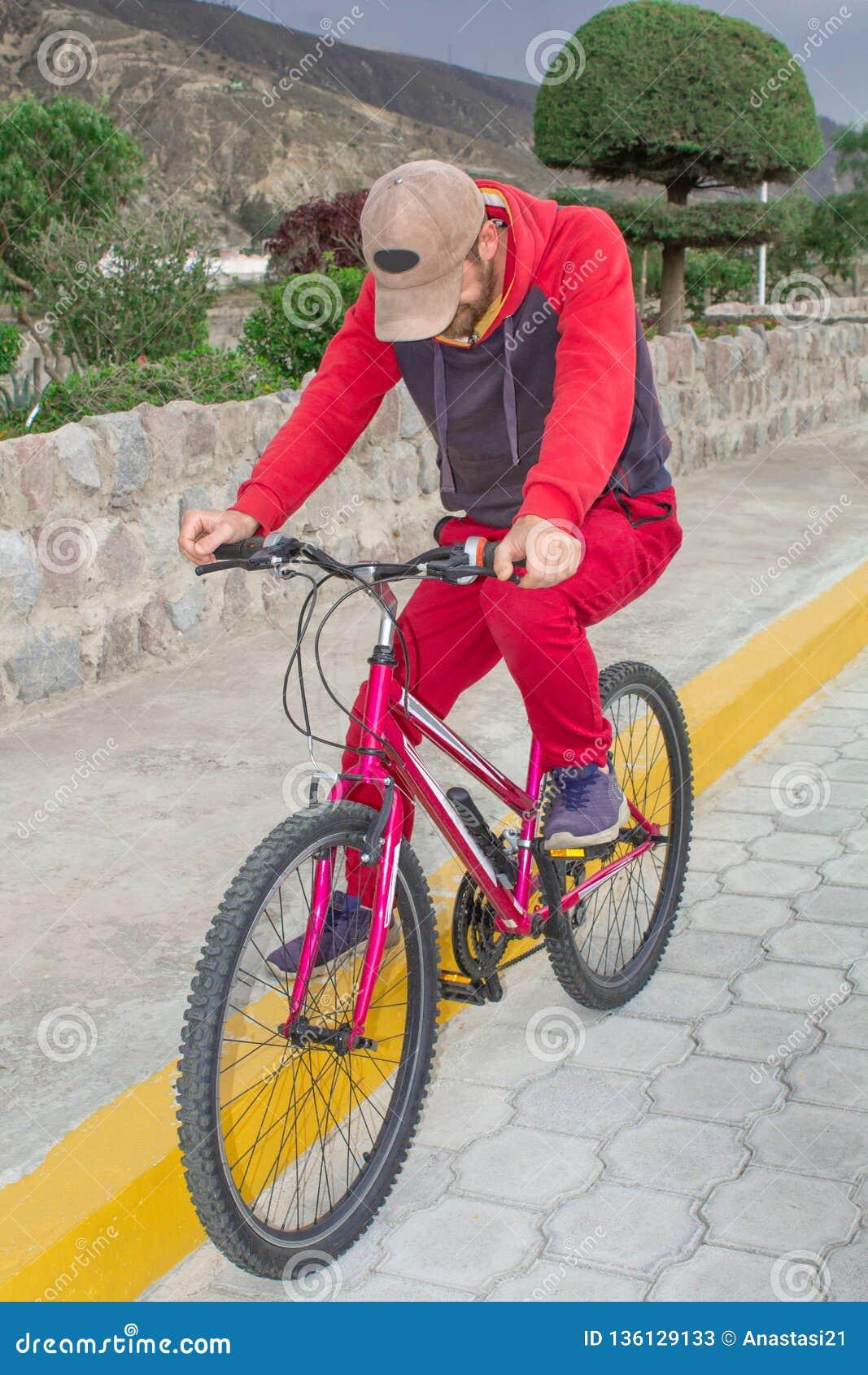 Un hombre en una bicicleta en el aire abierto, paseos a lo largo del camino Acontecimientos deportivos, el montar de los deportes