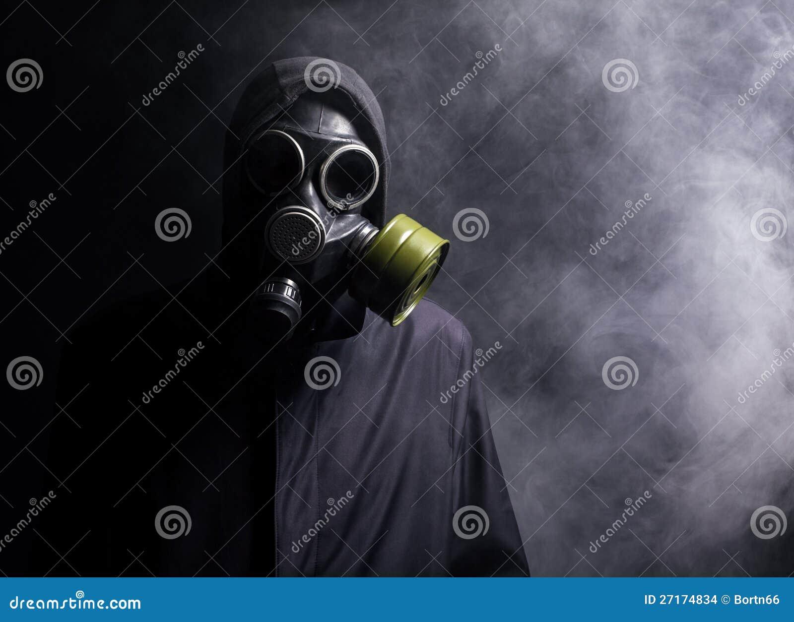 Un hombre en una careta antigás en el humo