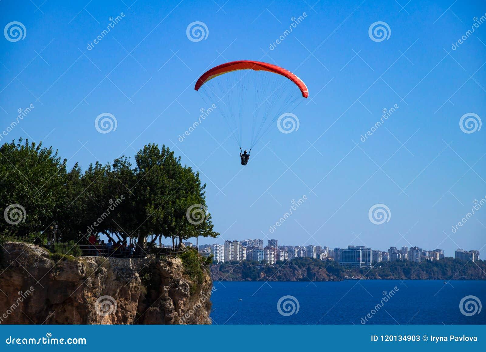 Un hombre está volando en un ala flexible