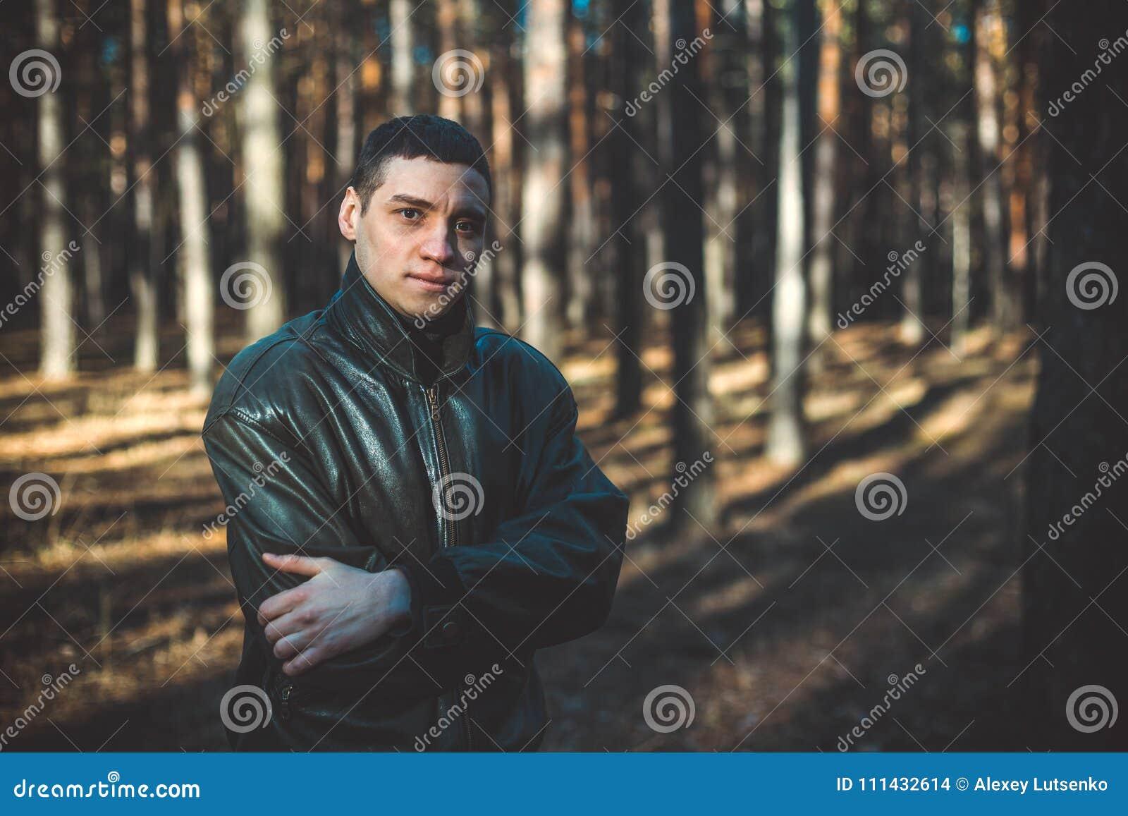 En Joven Chaqueta Negra De Aspecto Hombre Una Cuero Criminal Un qXO05xT