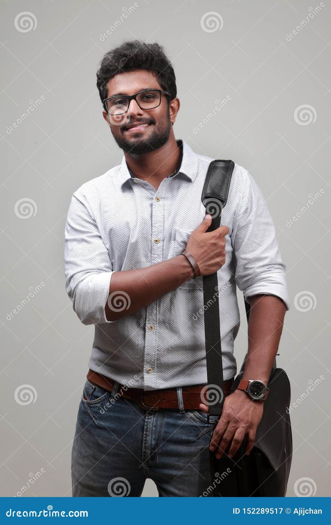 Un hombre joven de origen indio