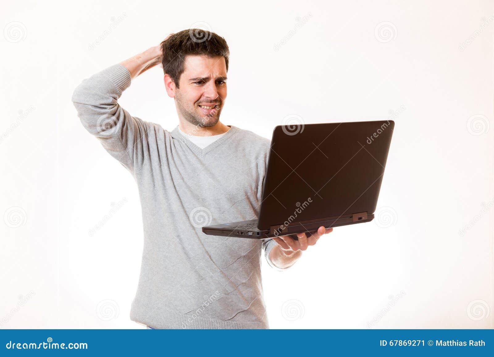 Un hombre joven parece muy desesperado y toca su cabeza