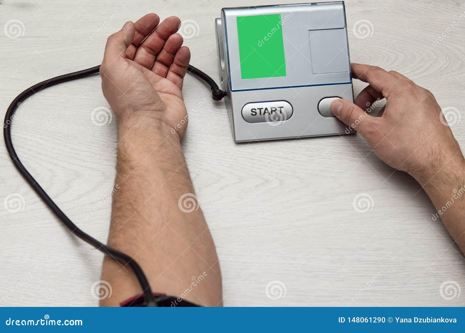 Un hombre mide su presión con un pripore