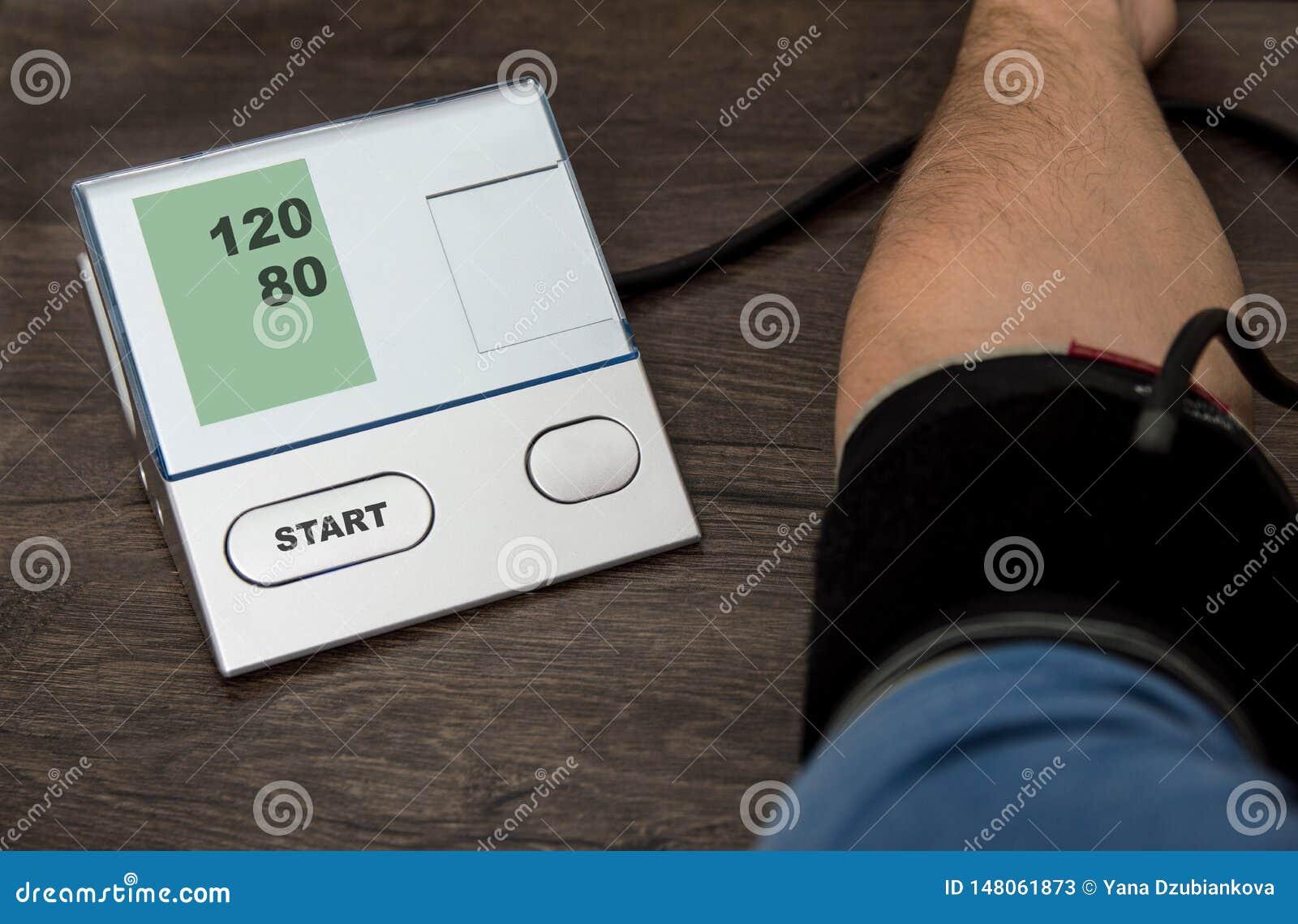 Un hombre mide su presi?n con un pripore