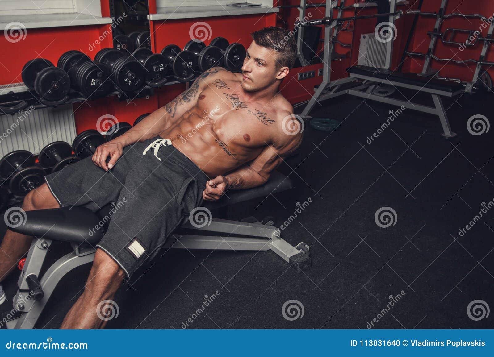 Un hombre que descansa después de entrenamientos