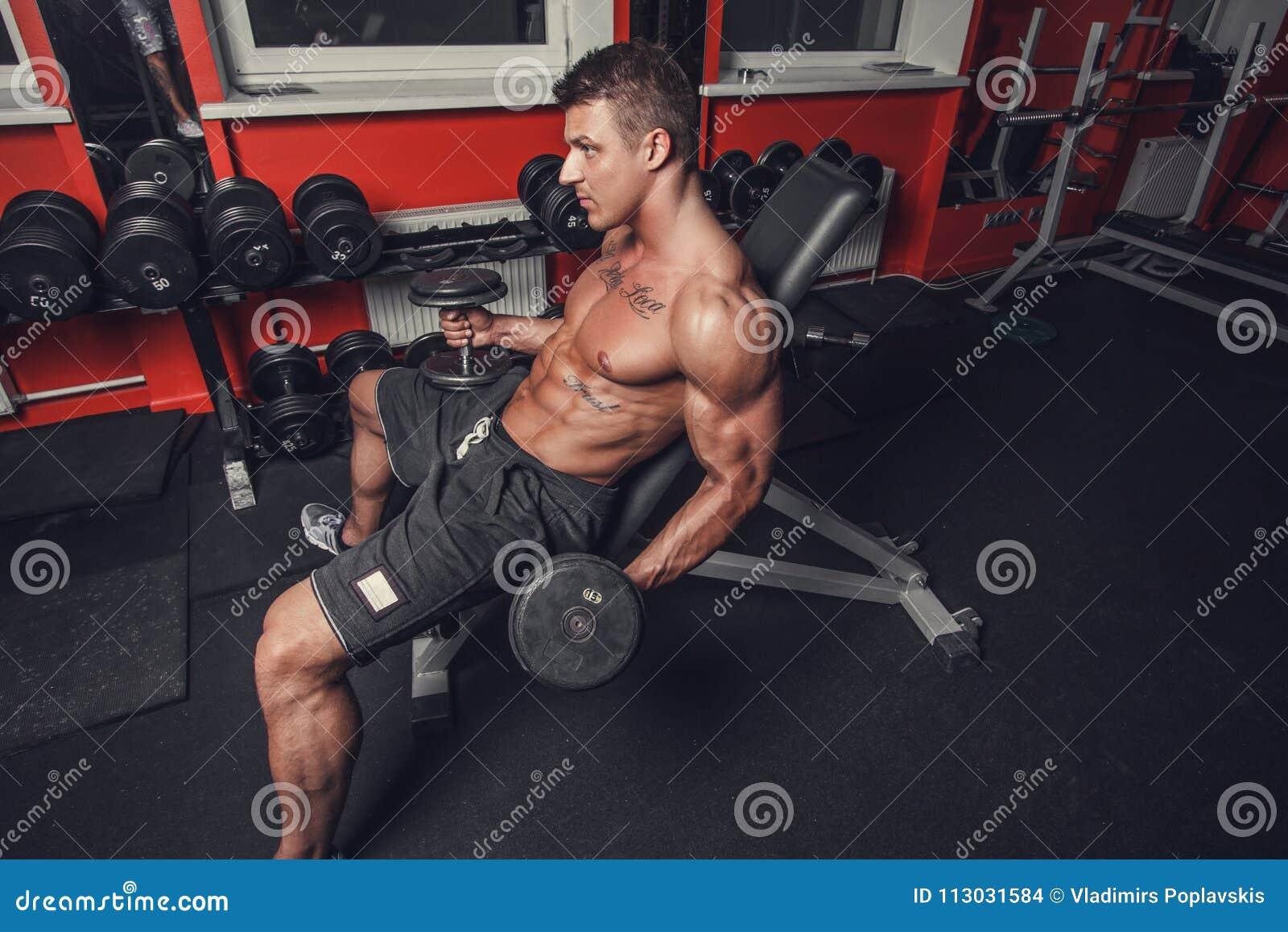 Un hombre que hace entrenamiento del bíceps