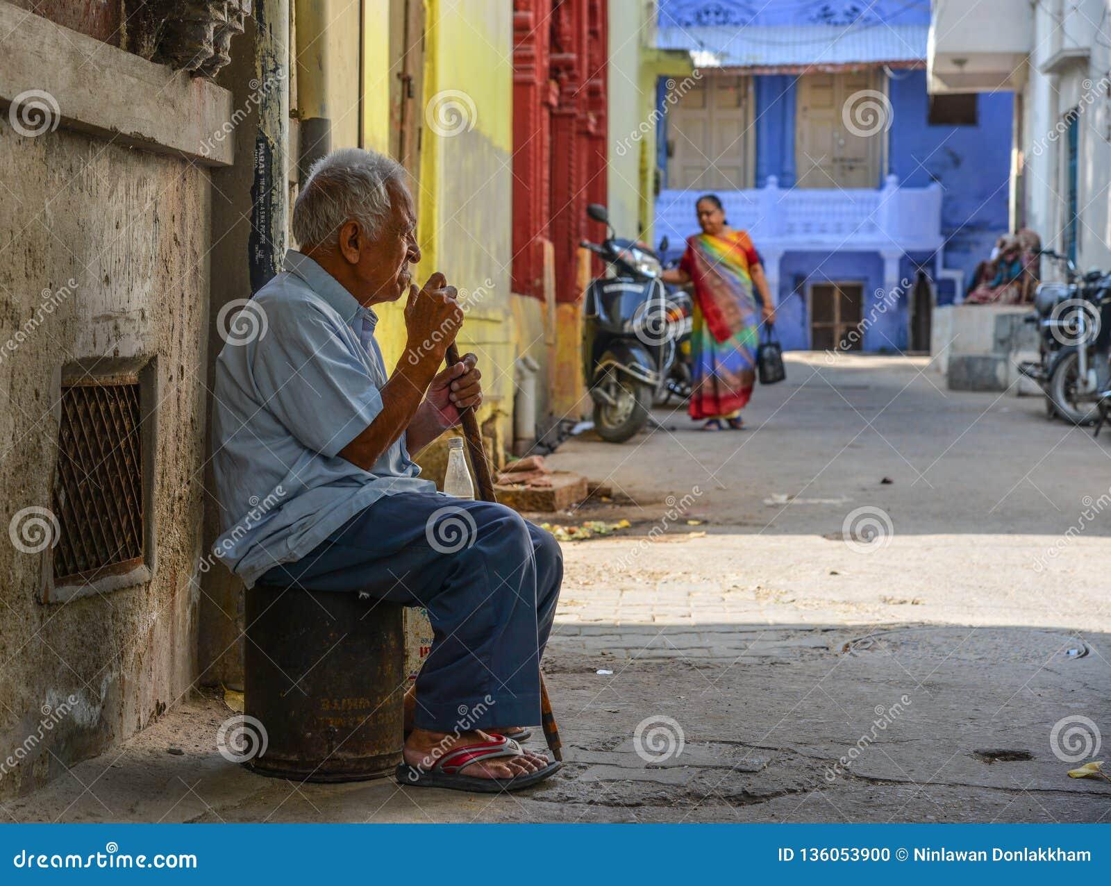 Un hombre que se sienta en la ciudad vieja en Jodhpur, la India
