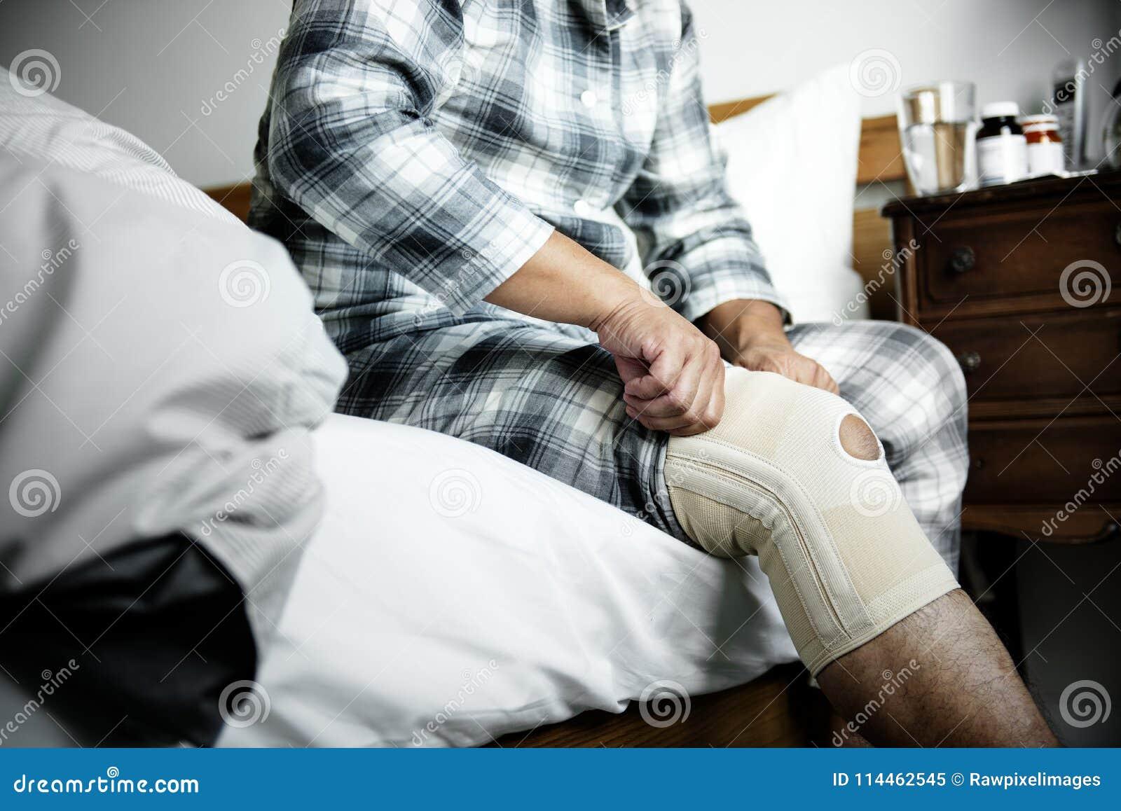 Un hombre que tiene una lesión de rodilla