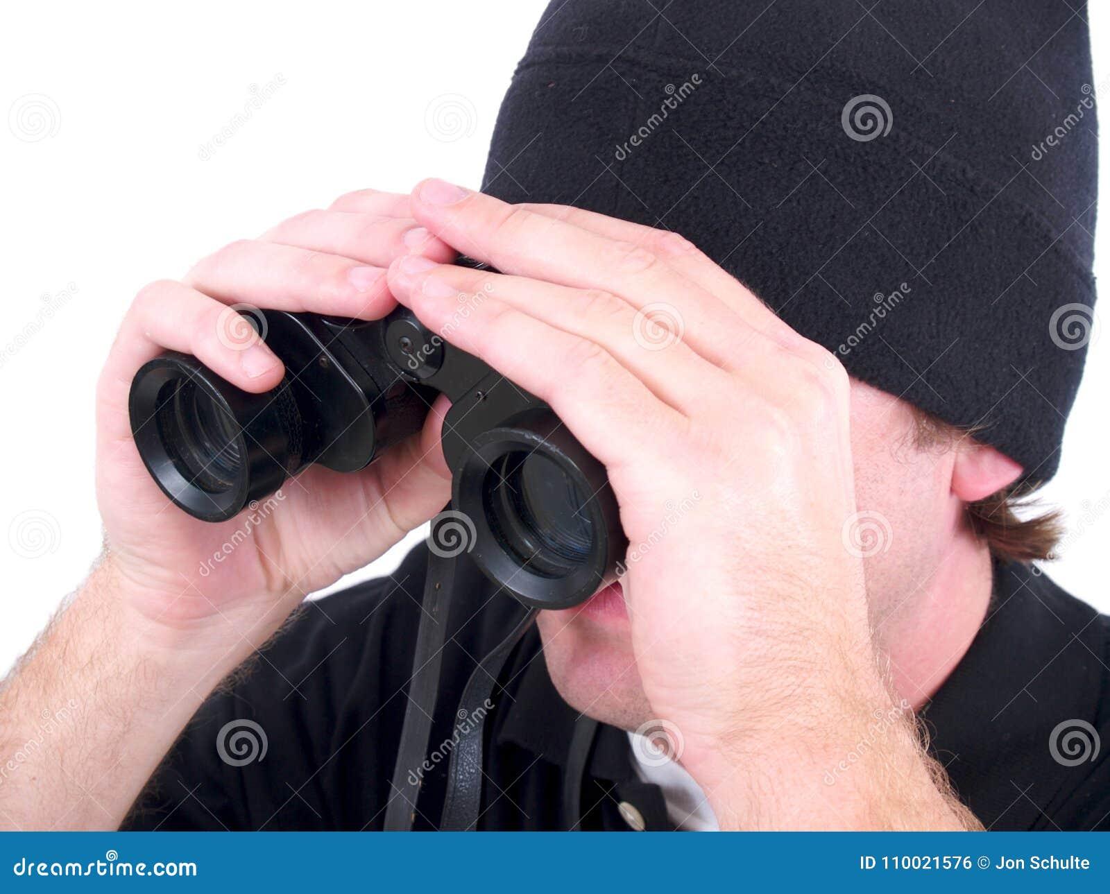 Un hombre que usa los prismáticos aislados