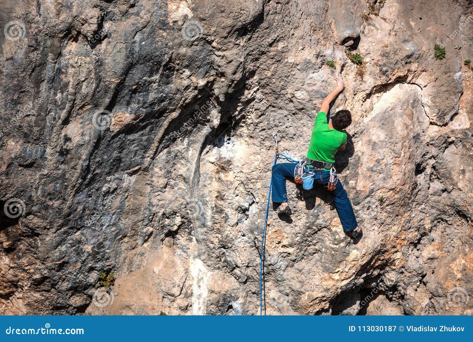 Un hombre sube la roca