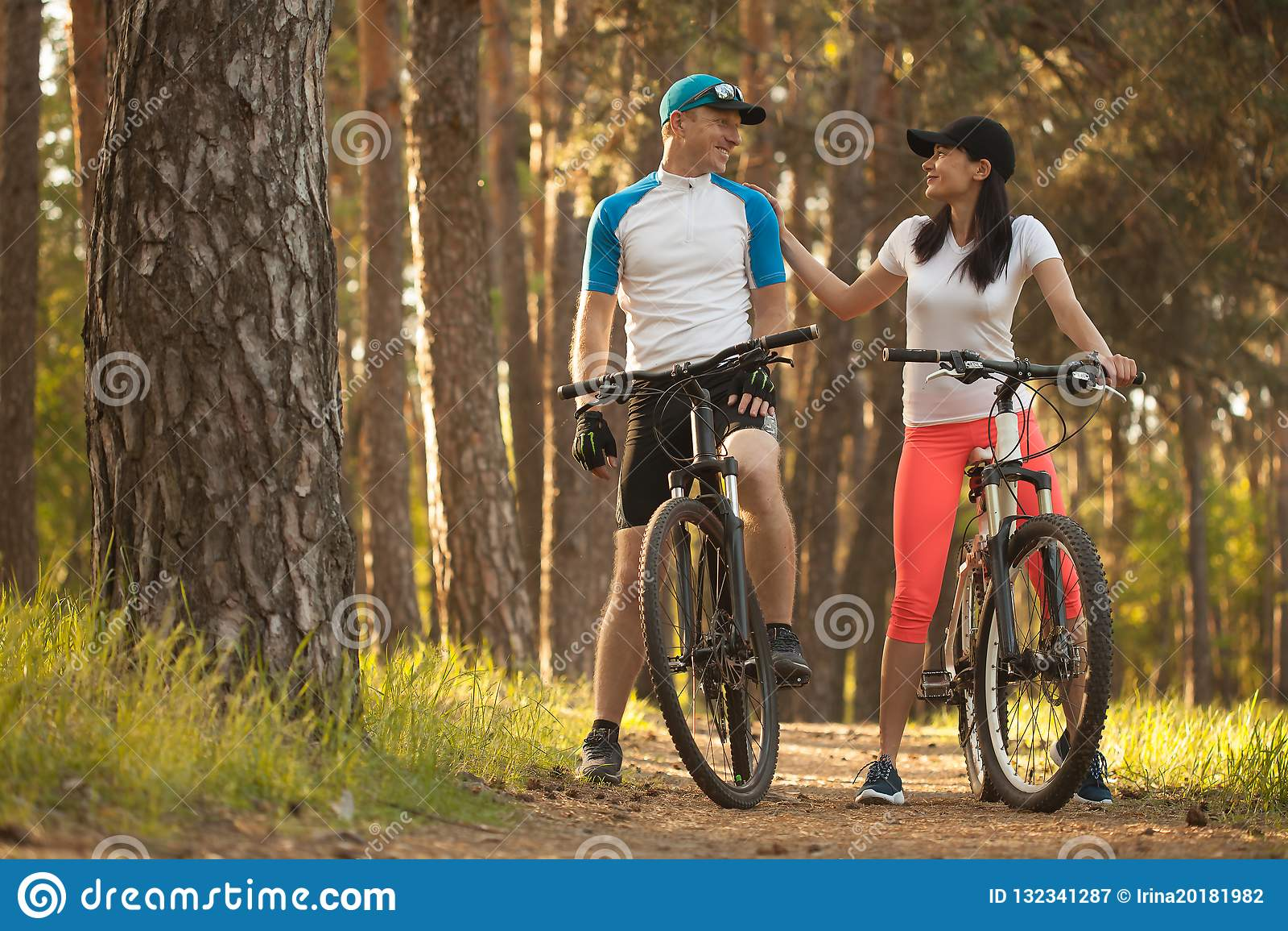 Un hombre y una mujer vaya a completar un ciclo en el bosque Bici a la naturaleza