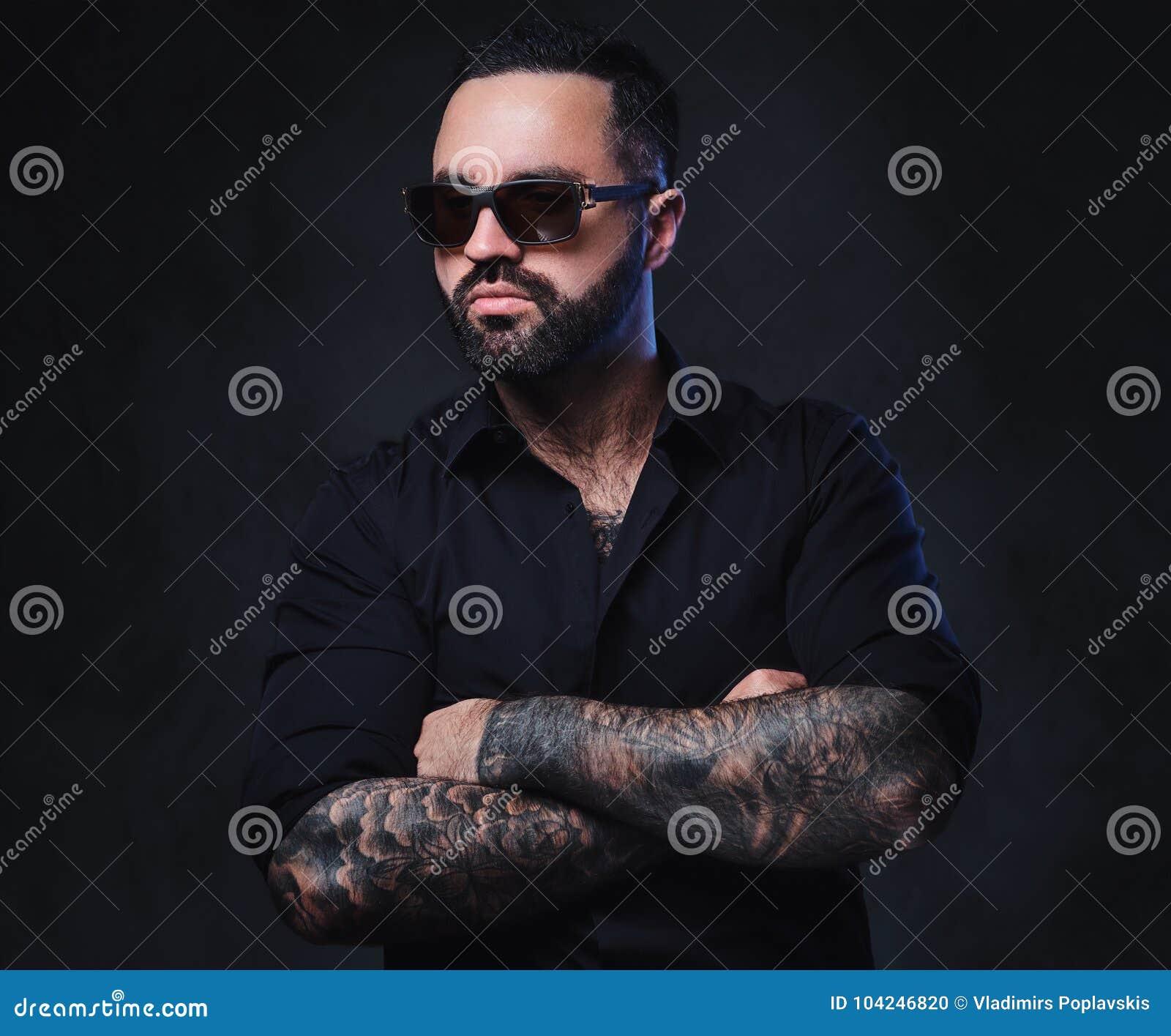 un homme avec des tatouages sur les bras et le cou photo stock