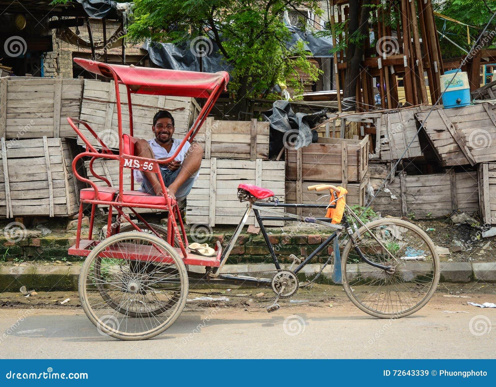 Un homme avec le tricycle sur la rue à Amritsar, Inde