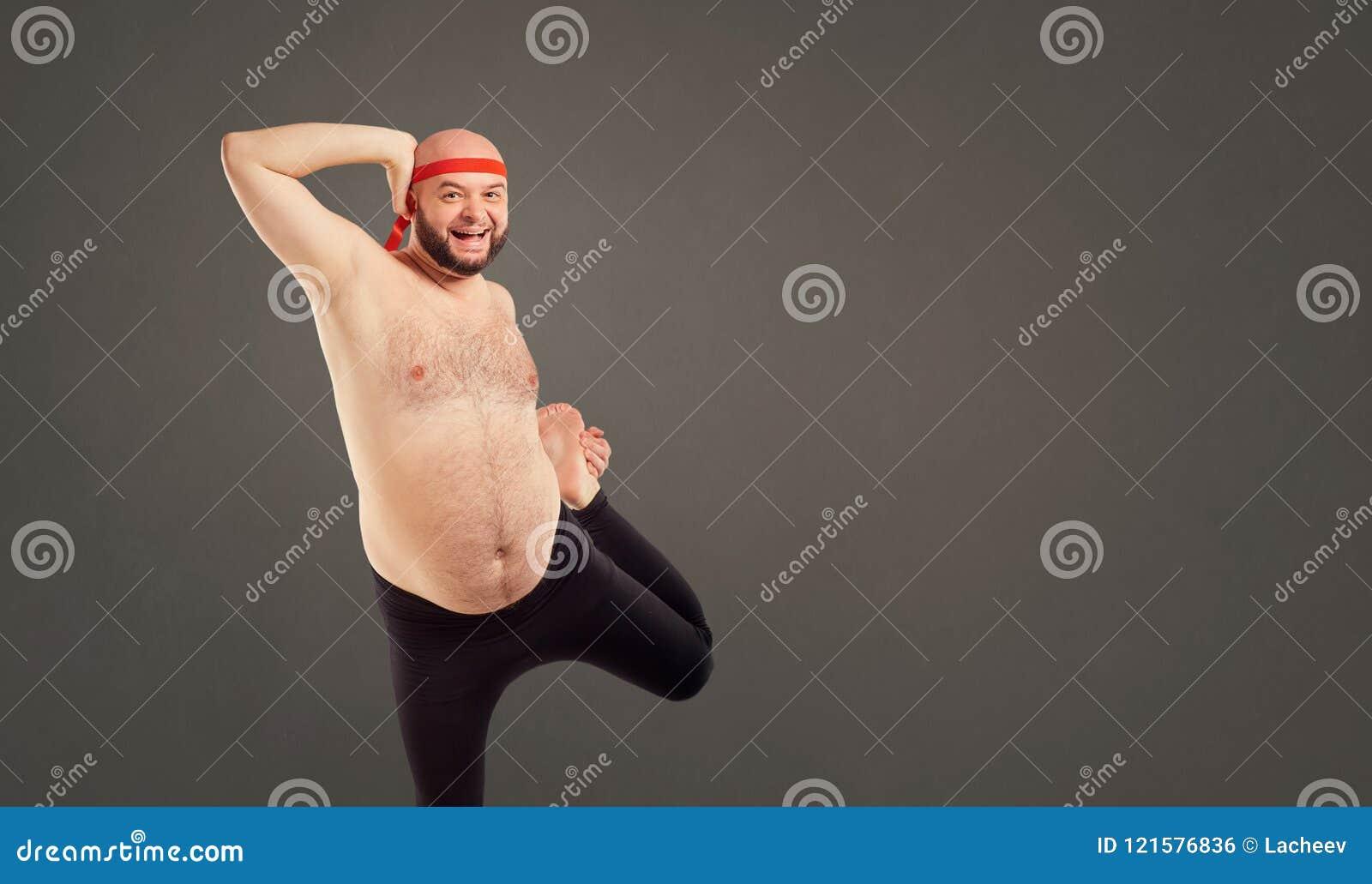 Homme Barbu Nu un homme barbu avec un estomac nu faisant le yoga photo stock