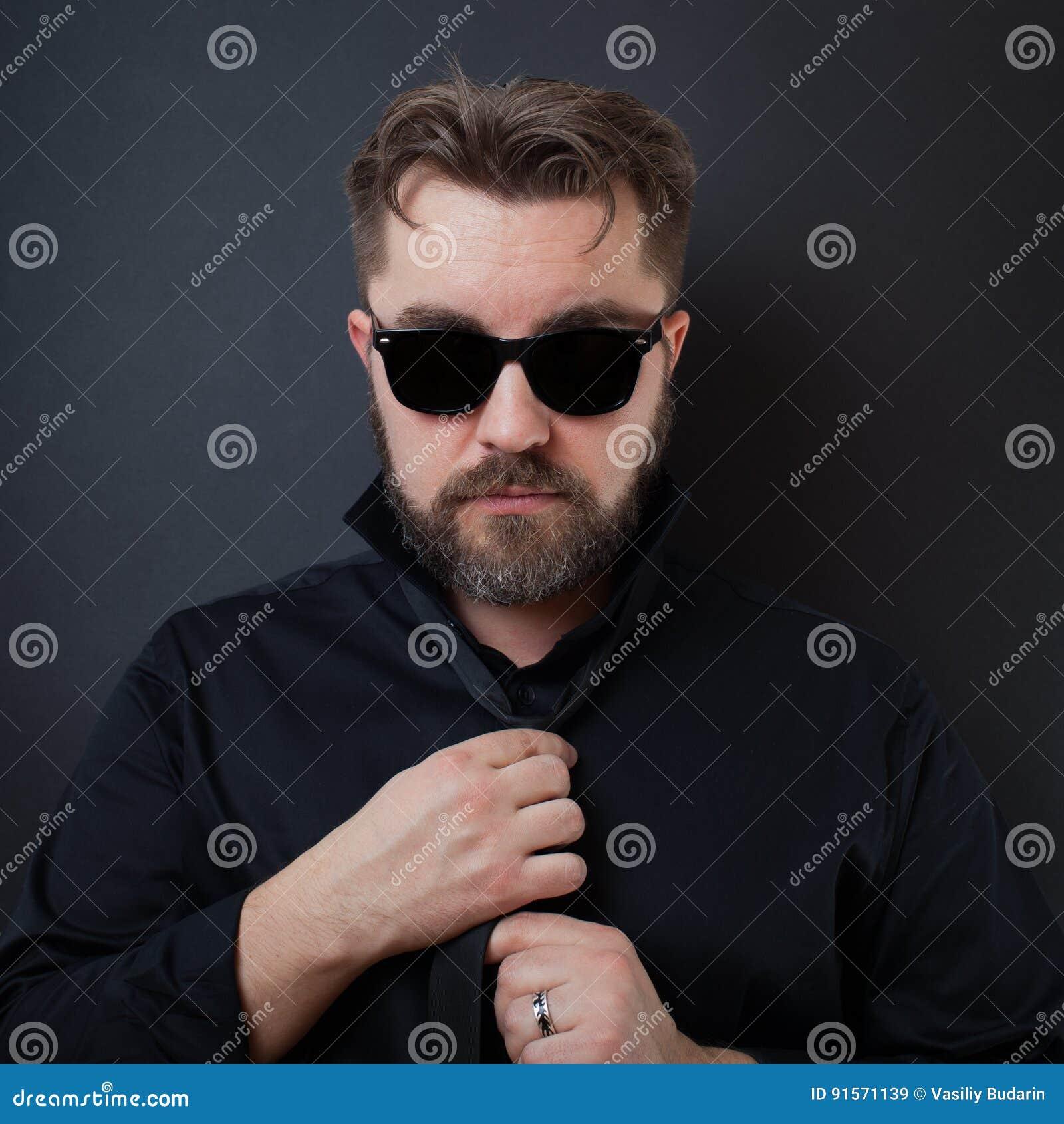 Un Homme Brutal Avec Une Barbe Et Une Coiffure Elegante Dans Une