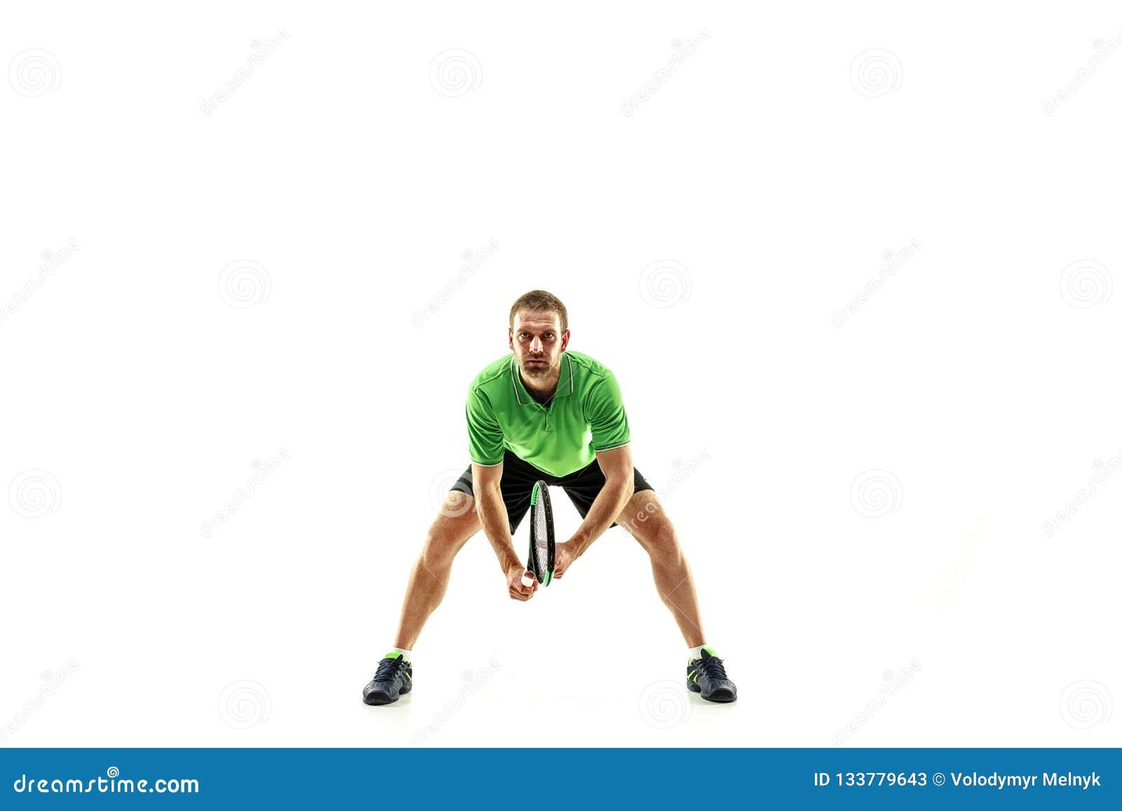 Un homme caucasien jouant le joueur de tennis d isolement sur le fond blanc