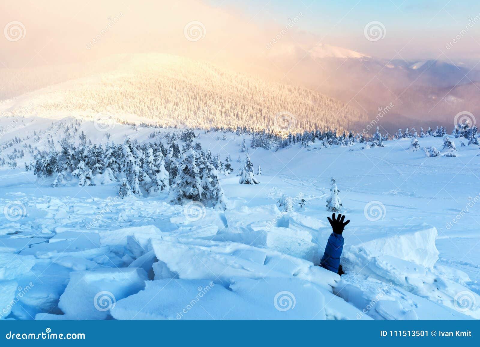 Un homme couvert d avalanche de neige
