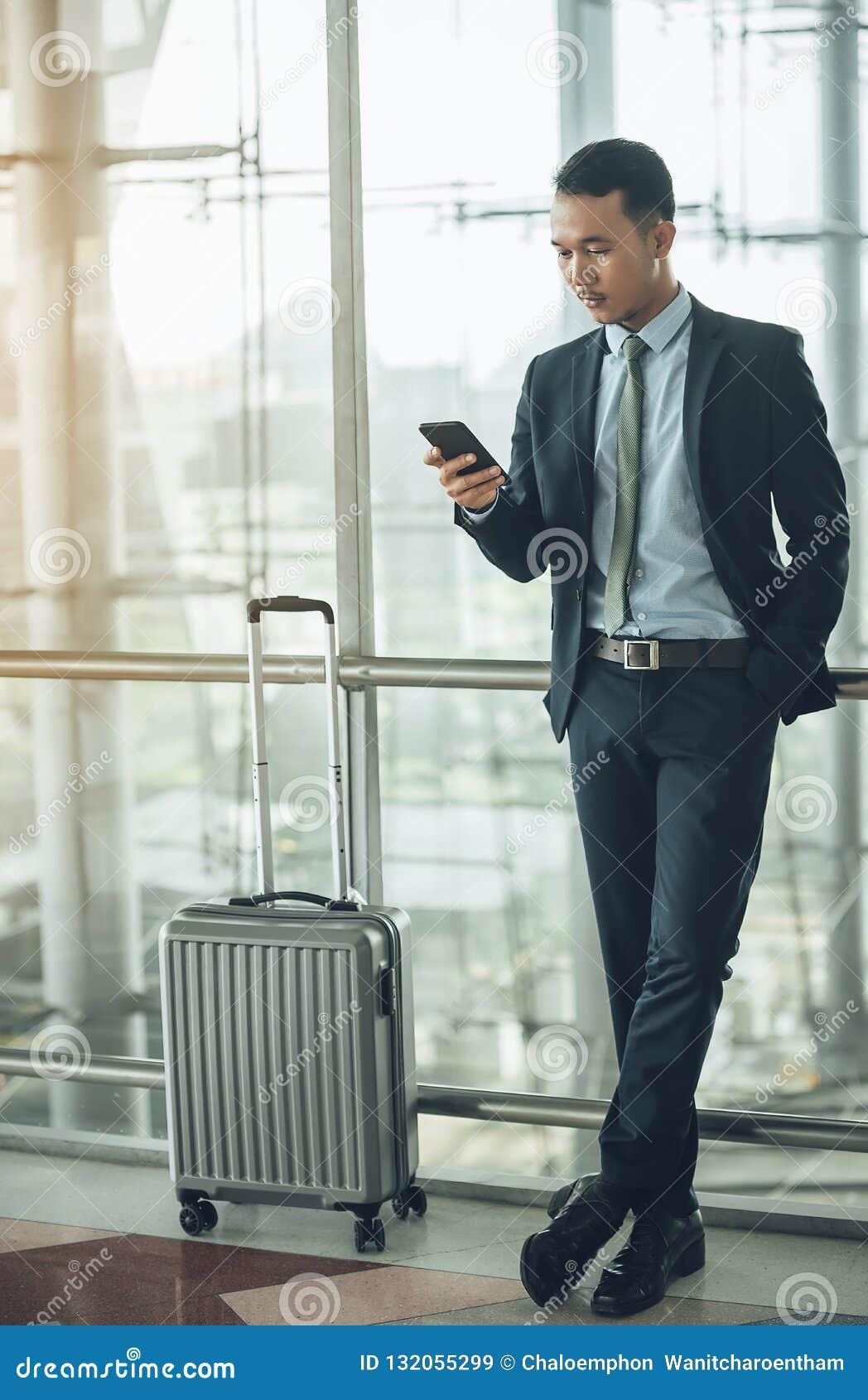 Un homme d affaires asiatique utilise un smartphone pour obtenir dans le wh d affaires