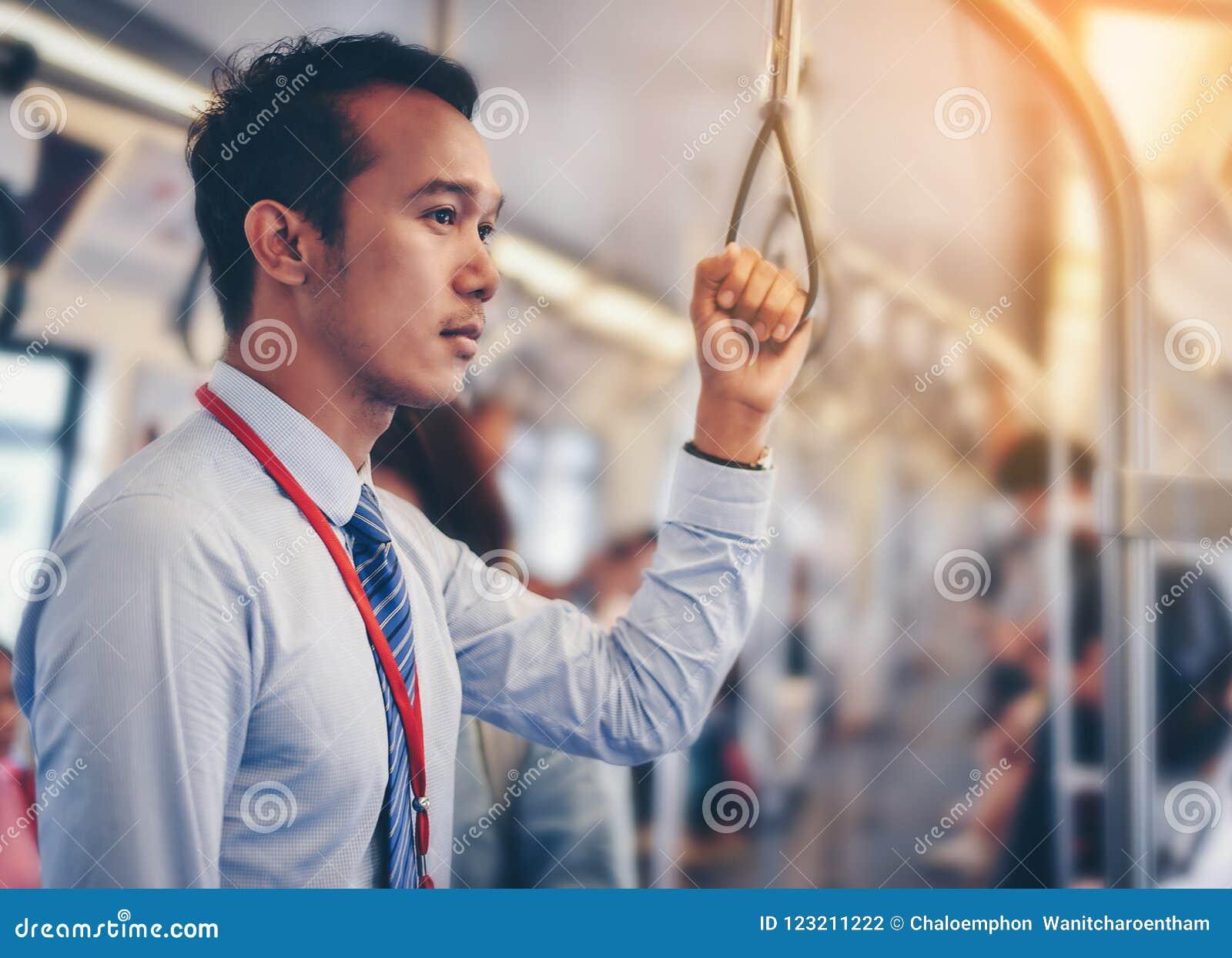 Un homme d affaires asiatique voyage un train public