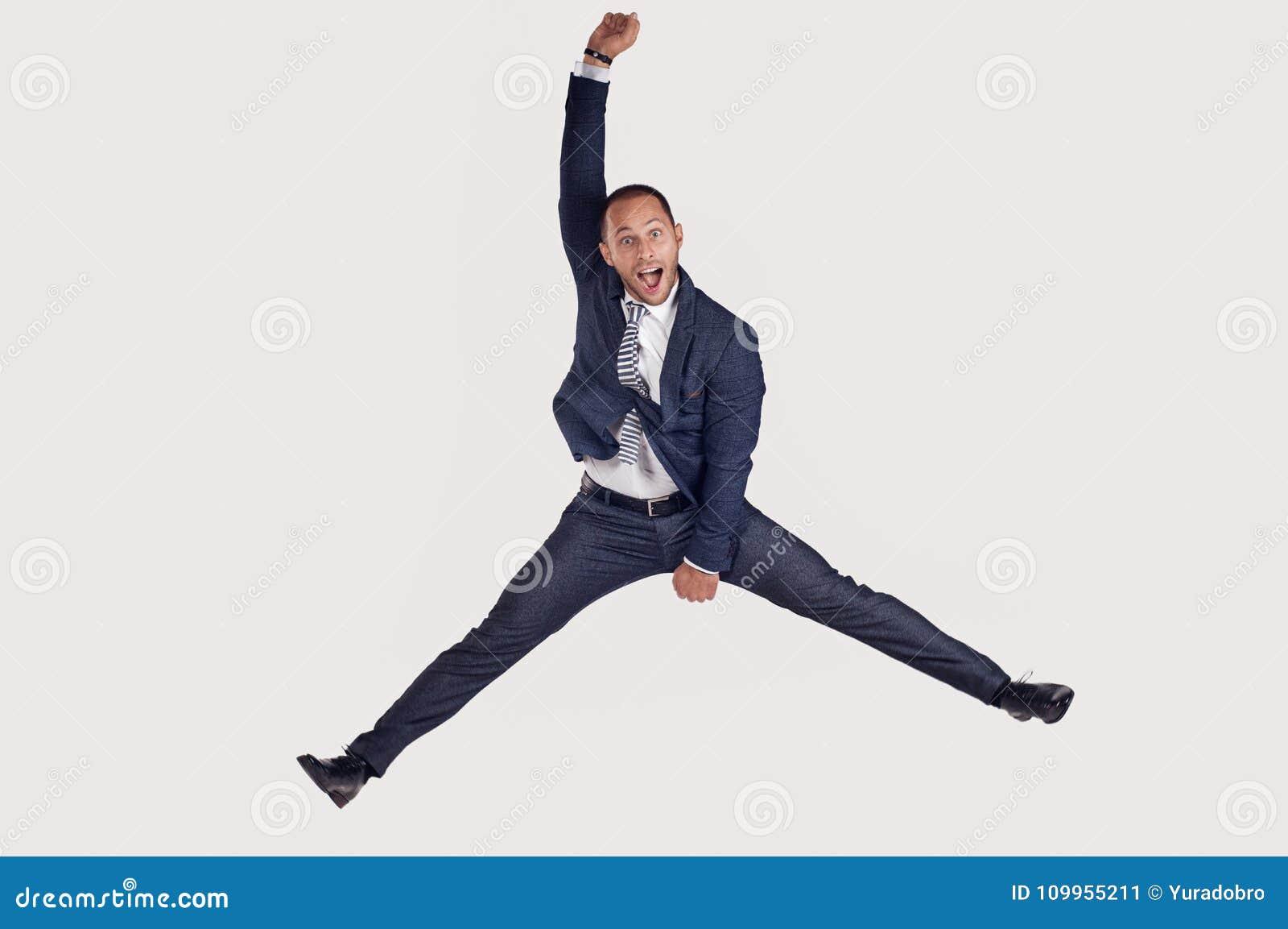 Un homme d affaires dans un costume saute pour la joie