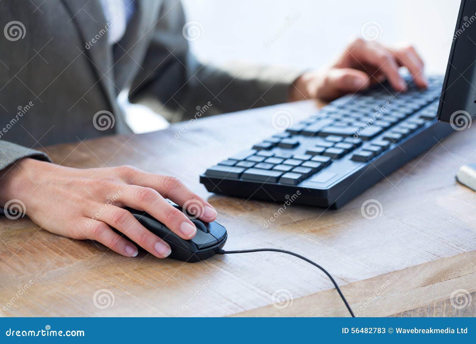 Un homme d affaires utilisant son ordinateur