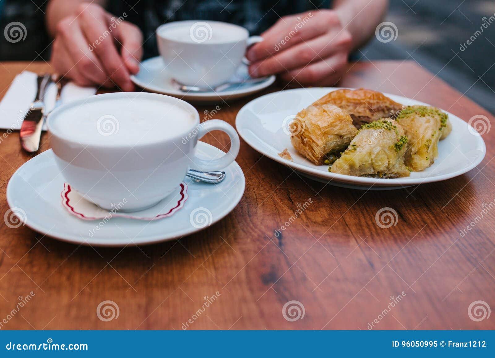 Un homme dans un café mange du café avec un dessert oriental traditionnel de baklava Nourriture orientale Dessert turc Nourriture