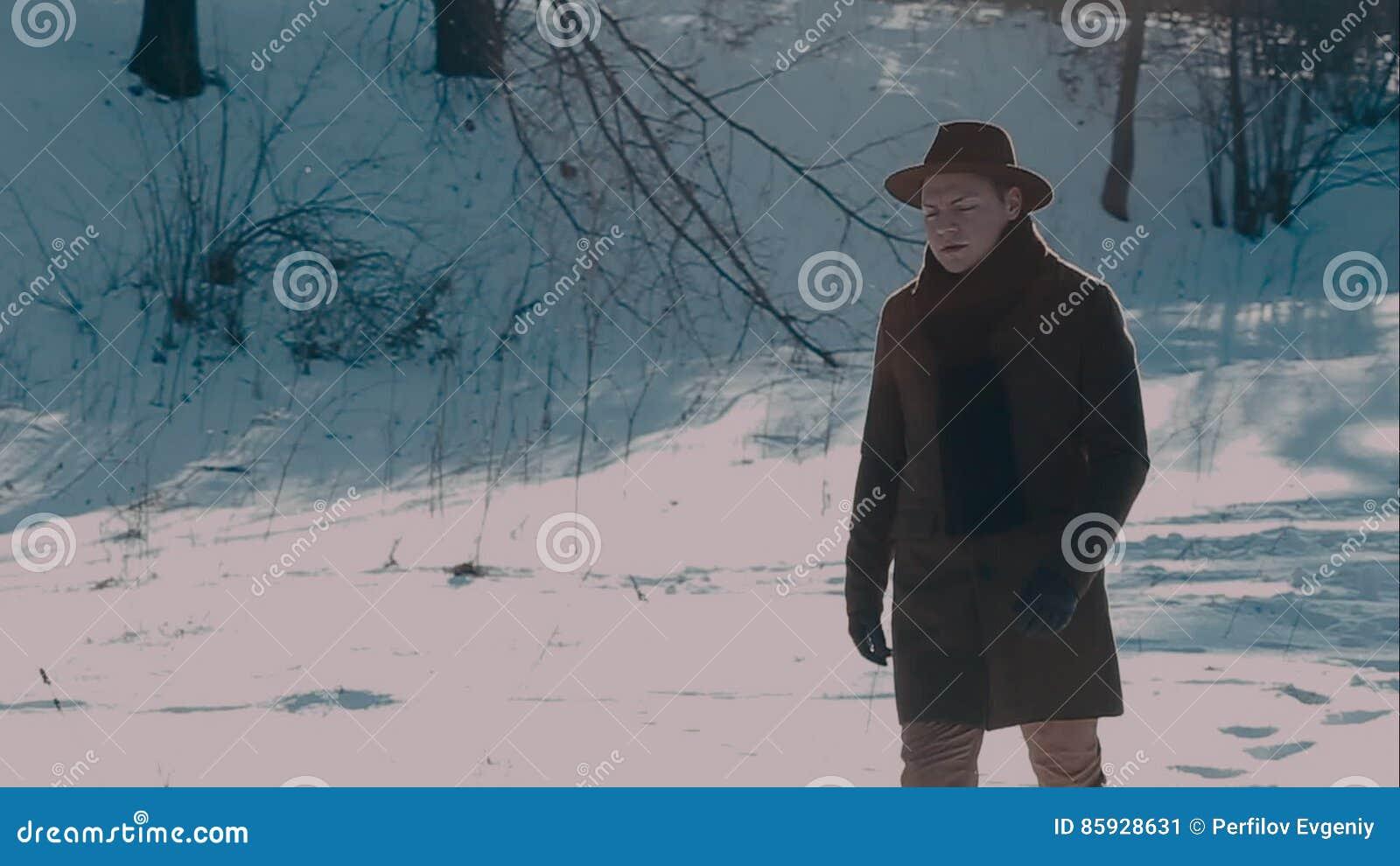 Vient Feutre Manteau Un Et De Bois Dans Les Chapeau Homme xww0UCHqT