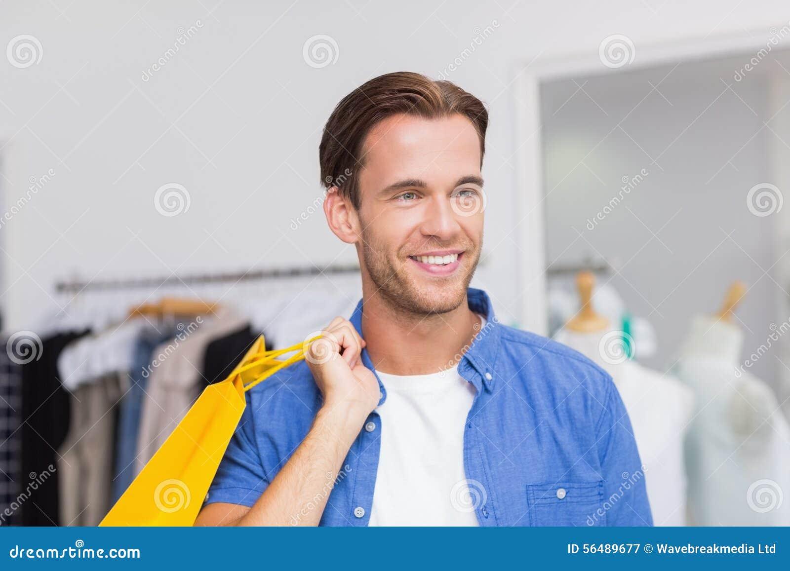 Un homme de sourire avec des paniers
