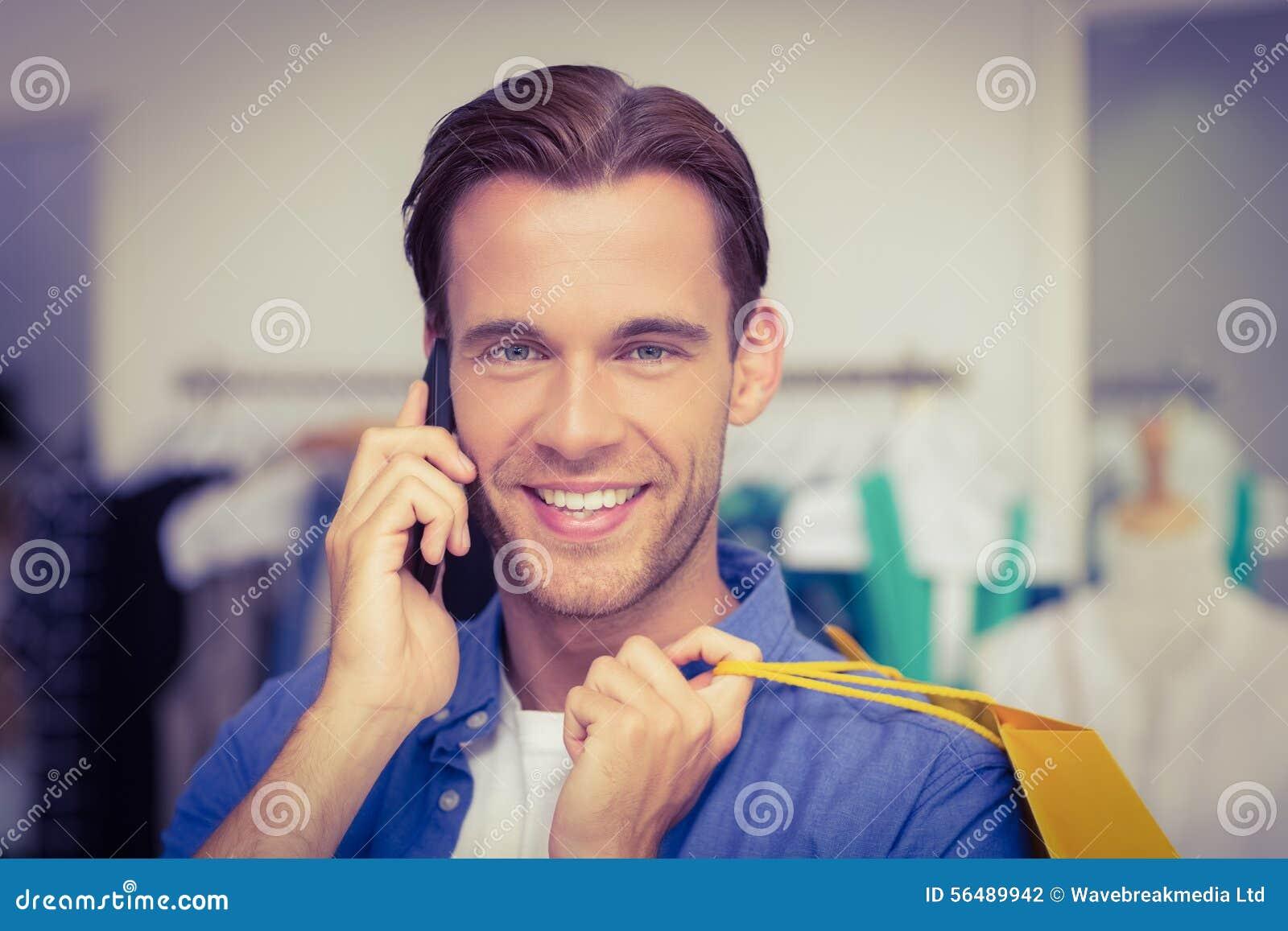 Un homme de sourire avec paniers appelle