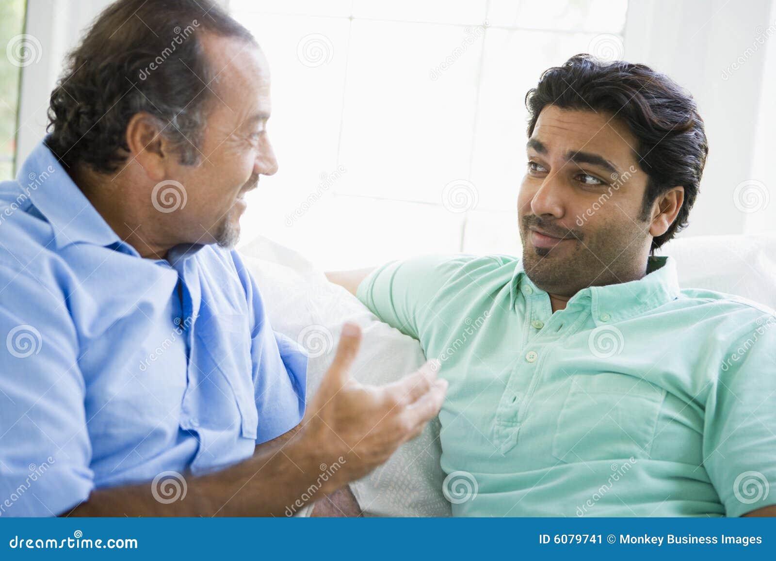 Un homme du Moyen-Orient avec son fils adulte
