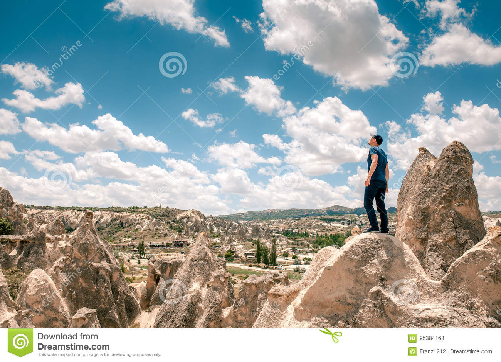 Un homme en haut d une colline dans Cappadocia en Turquie recherche aux nuages étonnants Voyage, succès, liberté, accomplissement